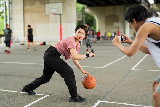 バスケの練習を記録する男性