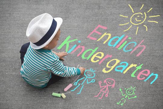 Junge malt mit Kreide - Endlich Kindergarten