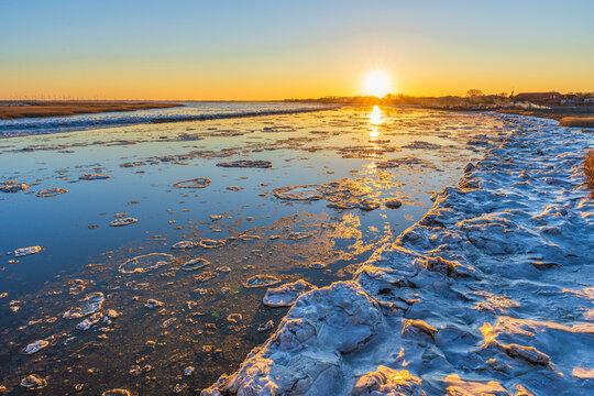 Treibende Eischollen im Winter