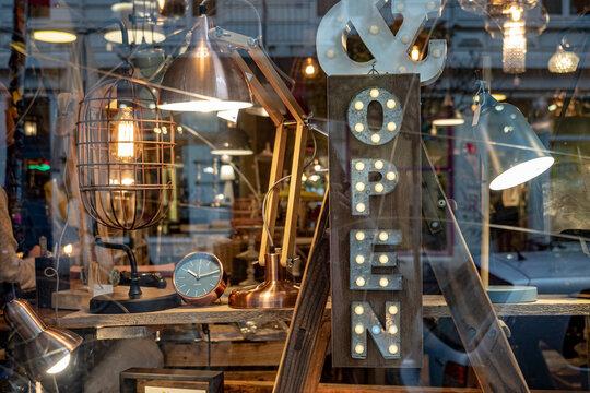 Open: Schaufenster mit Dekoration Industrial Style