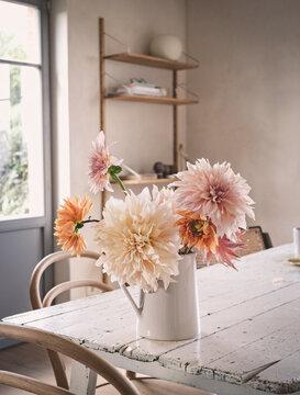 Sommerblumen in einem Keramikkrug auf einem alten Holztisch