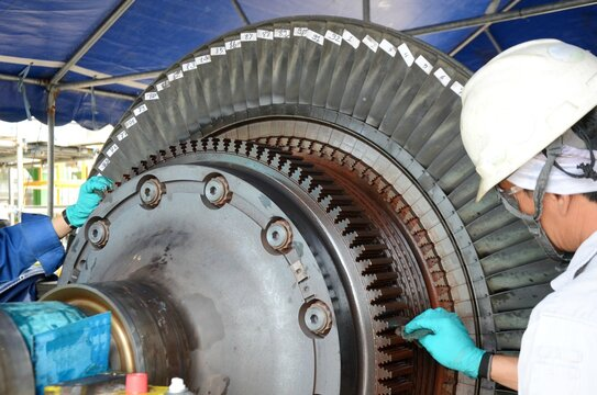 Supervisor conducting gas turbine overhaul and cleaning for inspection of gas turbine blades.
