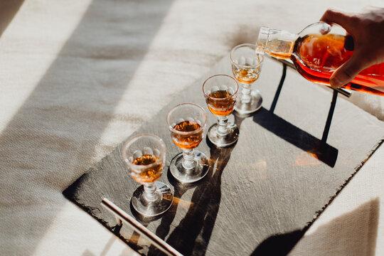 Servir des verres de whisky
