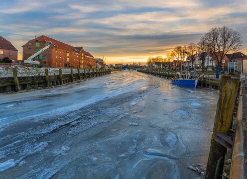 Kutter im Winter zwischen Eisschollen
