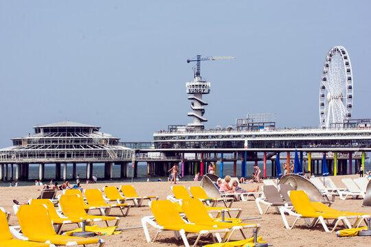 """""""Bungy-Turm und Riesenrad am Strand von Scheveningen."""