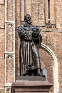 Denkmal von Hugo Grotius vor der Neuen Kirche in Delft.