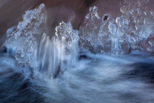 Eiskristalle im Fluß