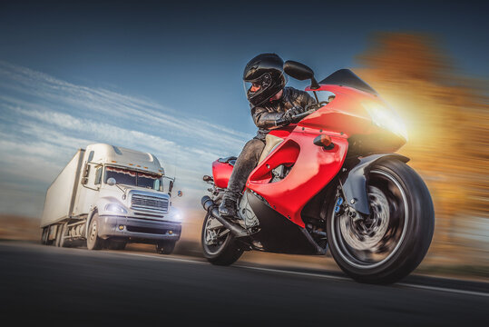 Motorcyclist escapes of the chase of a road truck.