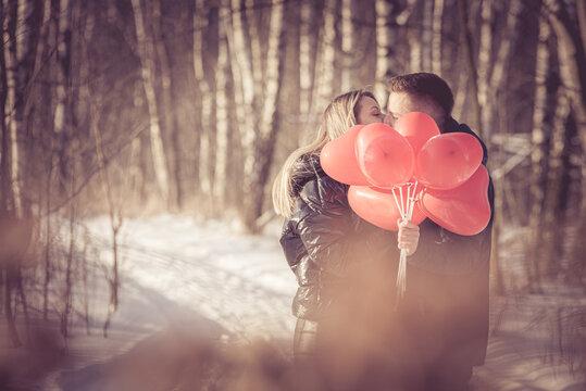 Walentynki, sesja narzeczeńska i walentynkowa w zimie na śniegu z czerwonymi serduszkami
