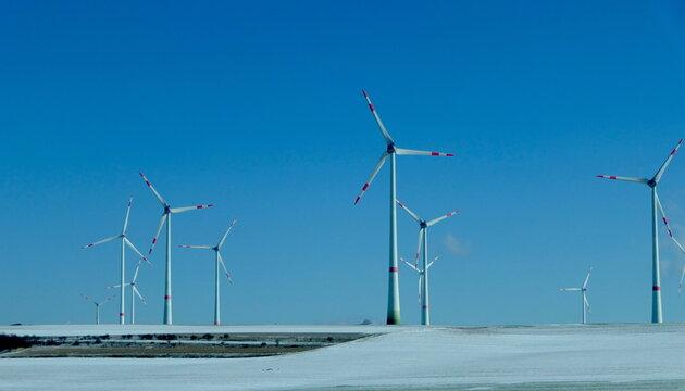 Windräder in schneebedeckter Landschaft