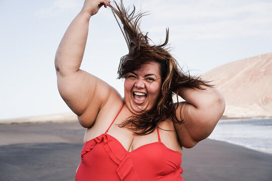 Curvy overweight woman smiling with beach on background - Happy curvy people concept - Focus on face