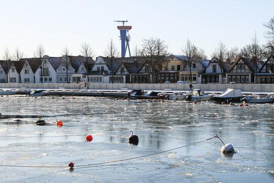 Winter an der Ostseeküste; Blick über den Alten Strom in  Warnemünde