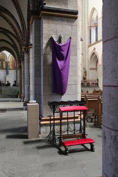 verhülltes kreuz in einer kirche am karfreitag