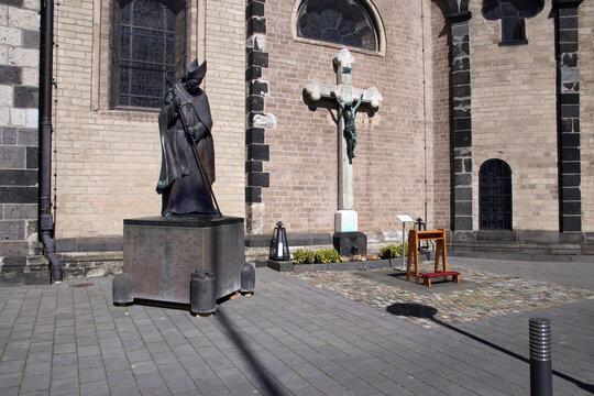kruzifix und statue am quirinusmünster