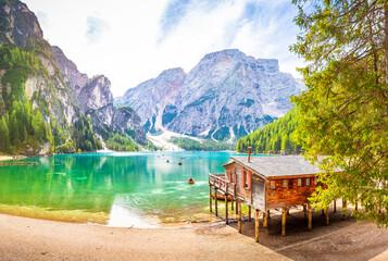 Sonnenaufgang am Pragser Wildsee See in Italien Dolomiten Steg mit Boot Berg Alpen Tirol Südtirol Landschaft / Lago di Braies lake in Italy Dolomites Jetty with boats Mountains Alps tyrol Landscape