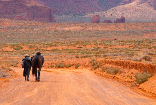 Navajo con il suo cavallo nella Monument Valley