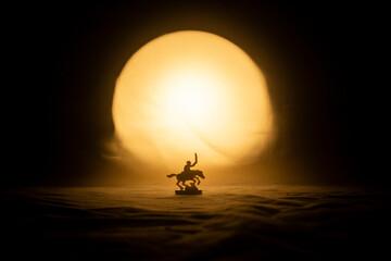 Fototapeta soldado a caballo en atardecer