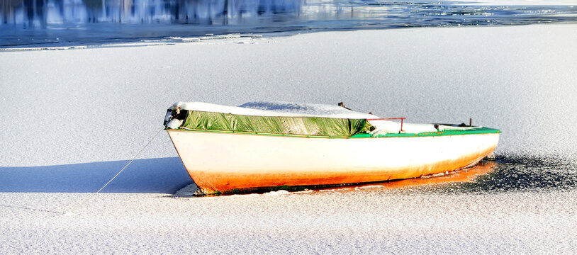 A small boat at the Edersee in winter.