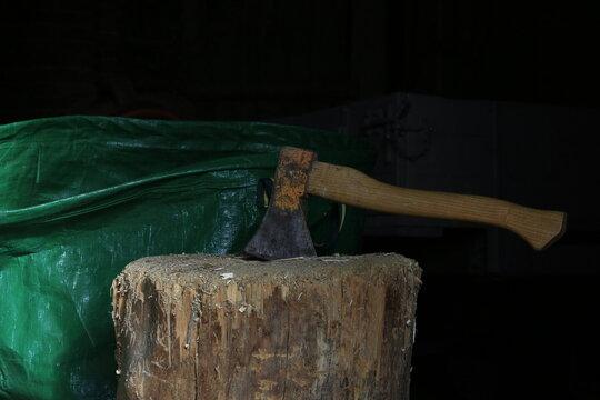 Holzhacken und Gartenarbeit