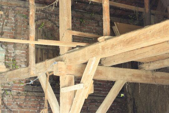 Alte handgeschlagene Balken - Holzbalken, Handarbeit, Handwerk, Schreiner, Zimmerer