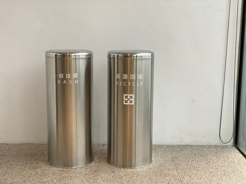Commercial trash cans are designed for different aesthetics and decor styles, here is a clean trash can, a stainless steel can put in bathroom or white back, The text means general and recycle trash