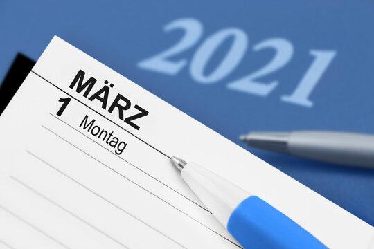 Kalender 1. März 2021 mit Kugelschreiber