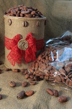 Semillas de cacao en bolsas transparentes y en contenedor decorado.