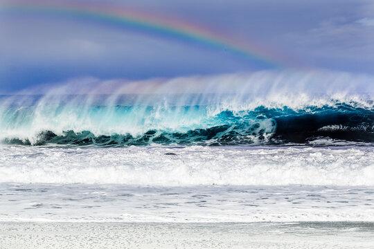 Arc-en-ciel sur vague de forte houle