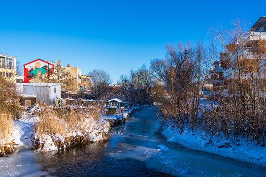 Nebenarm der Warnow in der Hansestadt Rostock im Winter