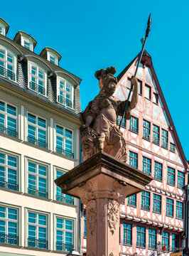 Minerva fountain in front of a beautiful half-timbered facade on the Römerberg