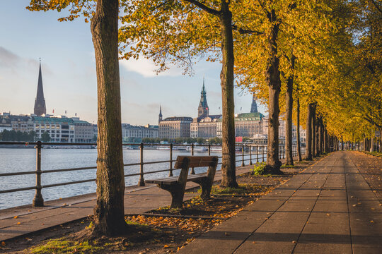 Germany, Hamburg, Neuen Jungfernstieg along Binnenalster lake and city centre in autumn