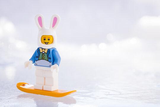 Lippstadt - Deutschland 17. Februar 2021 Lego Osterhase auf einem Snowboard