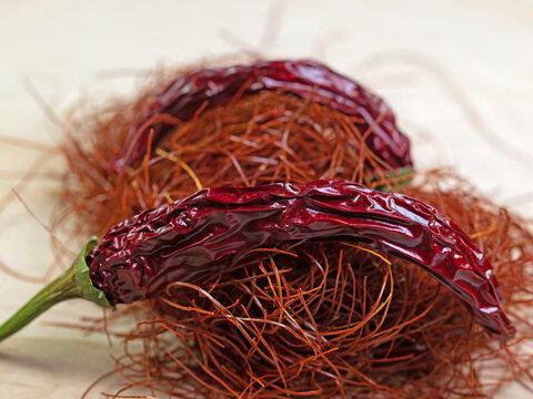 Chilifäden und Chilischote in einer Nahaufnahme