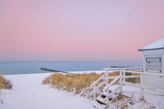 schneebedeckter winterlicher Strand im Ostseebad Kühlungsborn, Mecklenburg-Vorpommern, Deutschland