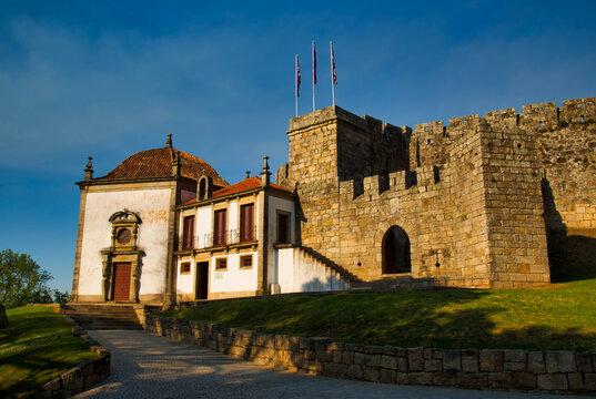 Vista de las torres, murallas y demás elementos arquitectónicos del castillo portugués de Santa Maria da Feira