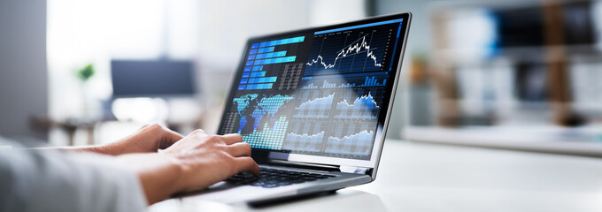 Obraz Businesswoman Analyzing Graph On Laptop - fototapety do salonu