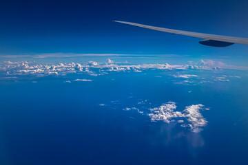 비행기에서 본 거울같은 바다 풍경 Fotobehang
