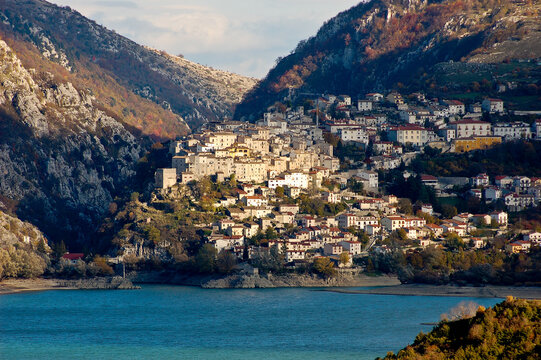 Town of Barrea in fron of the lake.