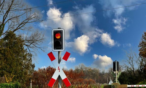 Rotes Licht bei Bahnübergang und geschlossener Schranke