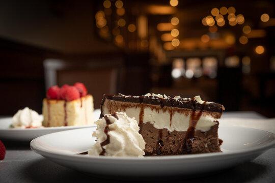 mouse de chocolate y cheese cake de cramberry