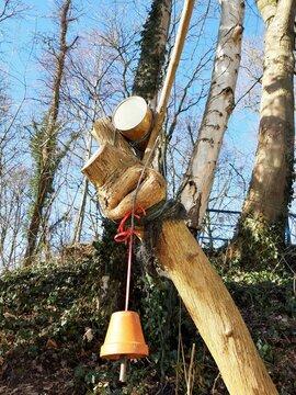 Vogelfutter hängt an Baumästen
