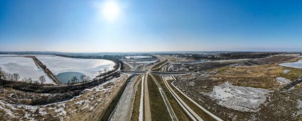 Fototapeta wały przeciwpowodziowe na suchym zbiorniku przeciwpowodziowym rzeki Odra w Raciborzu z lotu ptaka zimą obraz