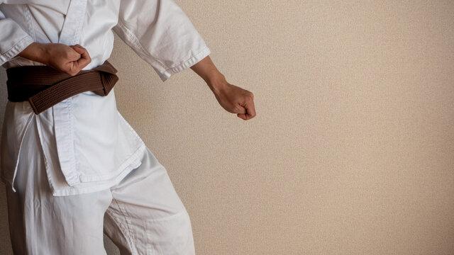 道着でトレーニングする格闘家