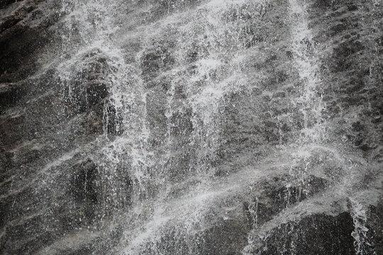 Wasserfall bei Bergen im Winter
