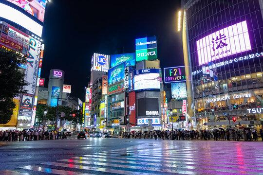 東京都、渋谷駅前、雨に濡れるスクランブル交差点の夜景(2019年7月11日)