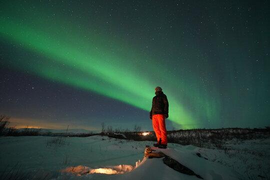 Die Einsamkeit und Romantik spürt man besonders unter dem Sternenhimmel und den Polarlichtern, genannt Aurora Borealis,  nördlich des Polarkreises im Winter.