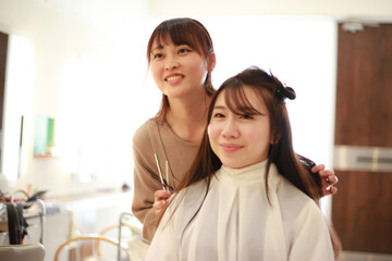 髪を切る美容師 イメージ