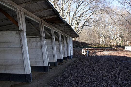 sattelboxen und führring auf ehemaliger pferderennbahn