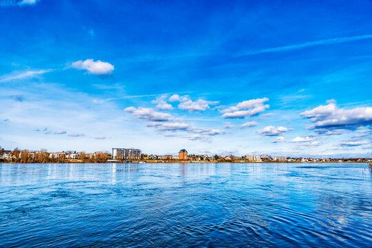 Blick über den Rhein auf den Ortsteil Sürth von Köln