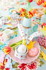 Bunt gedeckter Tisch zu Ostern